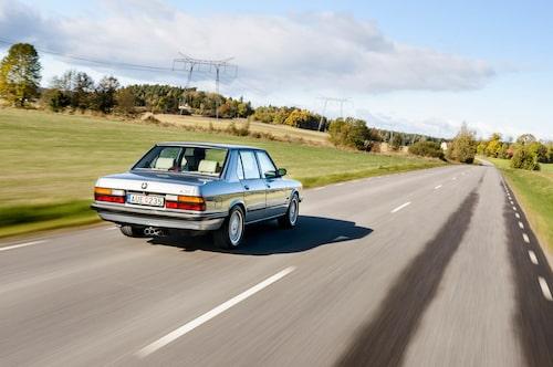 Det ser lite snett och vint ut, men det är precis som det ska vara. Avgassystemet är inte centrerat under bilen och utblåsen tittar ut snett åt höger på första generationen BMW M5. Utöver det är det inte mycket som skiljer M-modellen från en vanlig 5-serie ur E28-generationen.