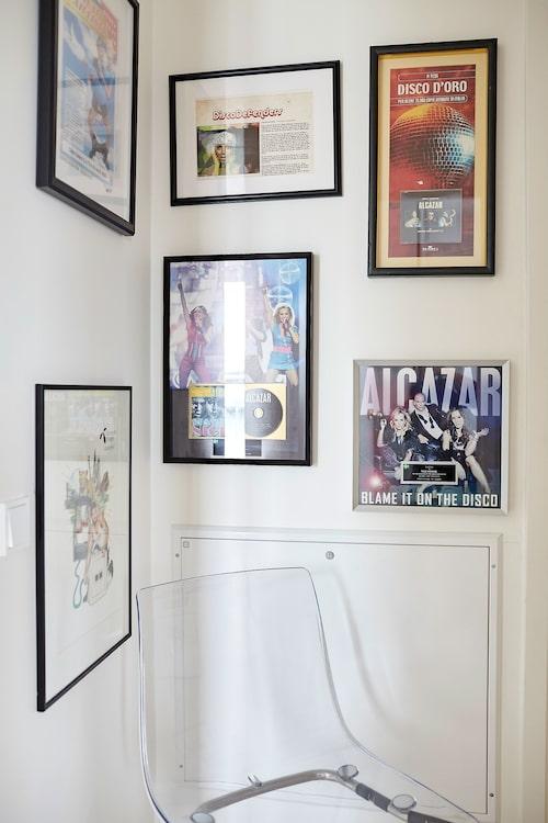 Wall of fame. Några av alla Alcazars guldskivor och bilder från Kennys tid som reklamprofil.