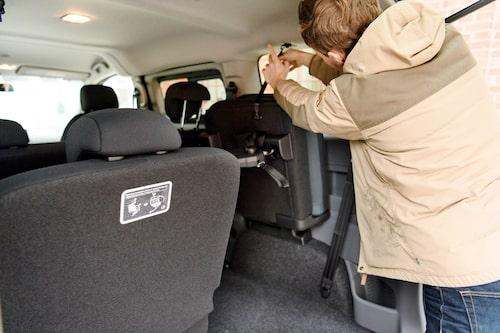 Bakre sätesraden går att plocka ur eller fällas upp längs ytterväggarna. Praktiskt!