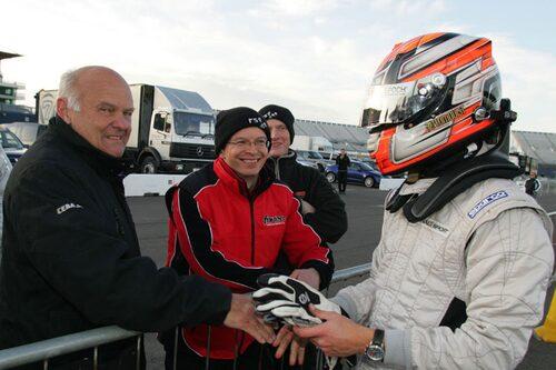 Tom grattas av pappa Stig, världsmästare i rally 1984.