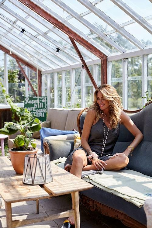 """""""Rosenhill är ett härligt bohemställe som samlar ungdomar från hela världen för att skapa en ekologisk drömfarm! Hit åker jag ofta för att ta en kaffe i deras magiska trädgård, eller bara snacka med alla coola själar som jobbar här."""""""