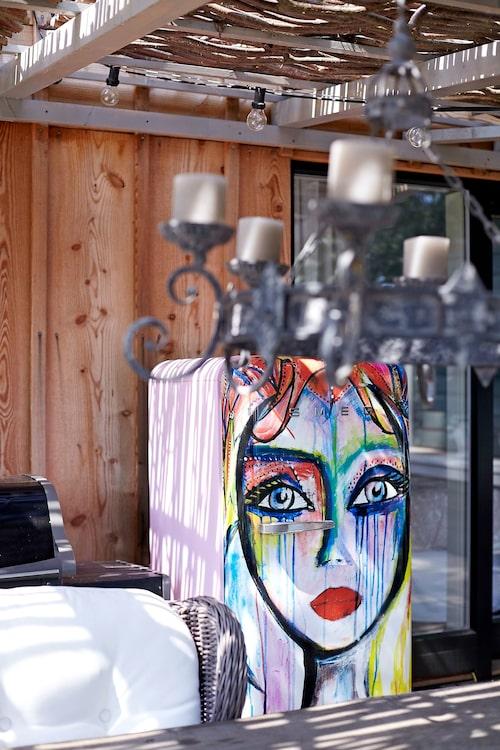 Kylskåpet med konstmotiv av Carolina själv, är gjort i samarbete med Smeg.
