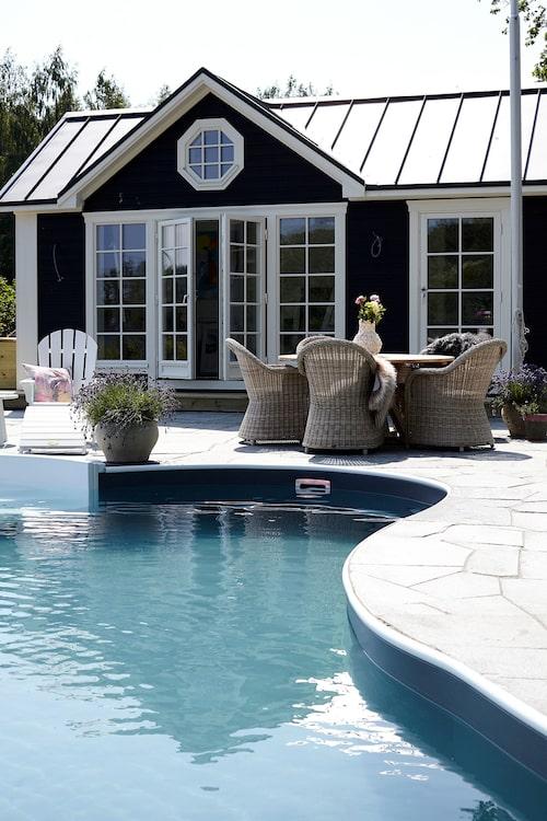 Den mjukt rundade poolen kommer från Miamipool. Utemöbler från Brafab och Hillerstorp, från Sommarboden.