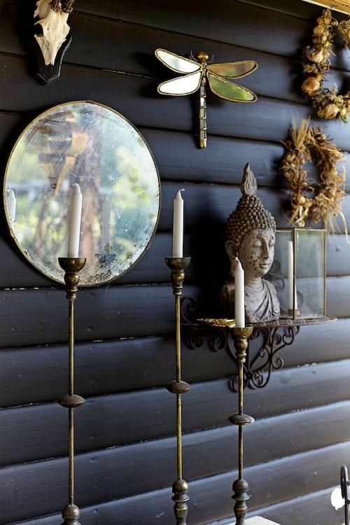 Kraniet ären gåva från pojkvännen Viktor. Buddhafiguren är från Bangkok.