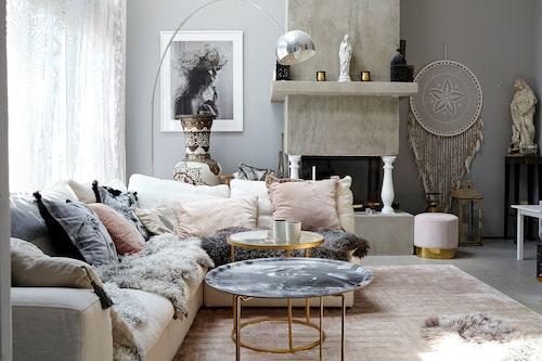 """Bakom soffan från The sofa company står en stor urna som Carolina köpte i en souk i Marocko. """"Jag chansade och betalade 5000 kronor i förskott. Tänkte att den där urnan ser jag ju aldrig igen. Men sedan dök den upp här på Ekerö tre månader senare!"""" De vackra, handsydda gardinerna hittade hon på en marknad i Italien."""