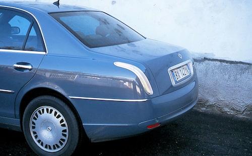 Svepande former även baktill, lite likt som på samtida lyxbilen Maybach. Vår utsände liknade den provkörda bilen vid en delfin – både till färg och form.