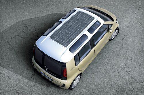 Solceller på taket suger åt sig så mycket som möjligt från solen för att ge batterierna ny kraft.