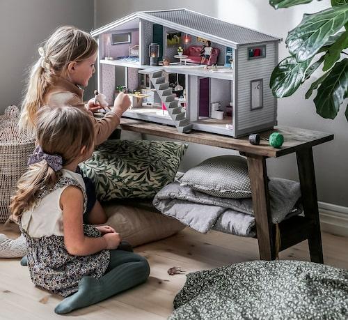 Life har vändbara väggar, designtapeter från Sandberg wallpaper, LED-belysning och flyttbar trappa – för att bara nämna några trendiga funktioner.
