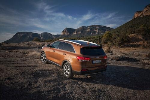 Kia-baken kan lätt misstas för att vara en Jeep-bak. Den bruna färgen kommer inte till Sverige.