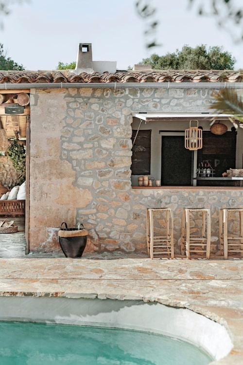 Poolhus med egen bar och loungedel. Huset är inrett med dusch, toalett och bastu.