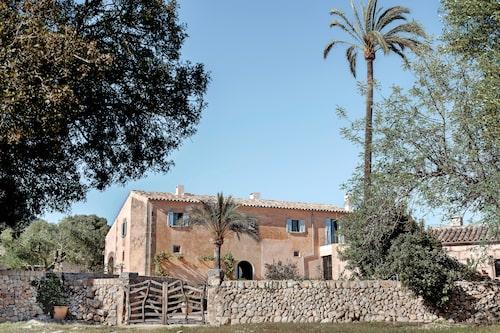 Det vackra rosabeige stenhuset har blekblå fönsterluckor, en färgsättning som är karaktäristiskt på ön.