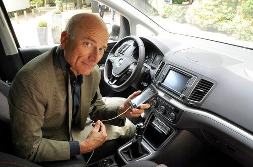 Stjerna speglar sin telefon i bilen och speglar sig själv i kameralinsen.