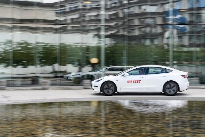 Tesla Model 3 framstår utseendemässigt som den mest alldagliga bilen i testet.
