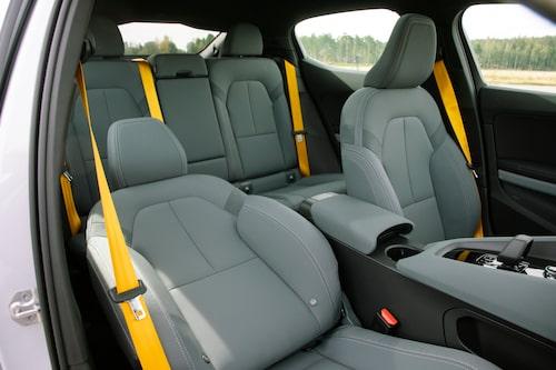 Framstolarna är bäst i testet och de gula bältena ingår i Performance-utrustningen.