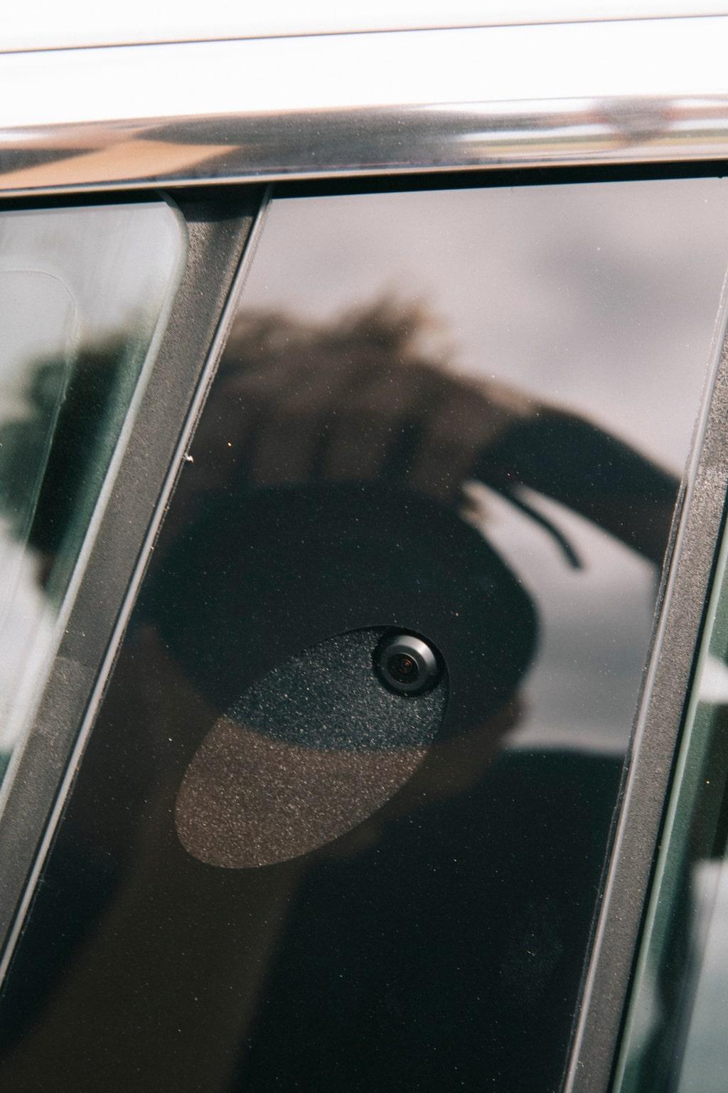 Sidokamera monterad i B-stolpen hjälper bil och förare att hålla koll på omgivningen.