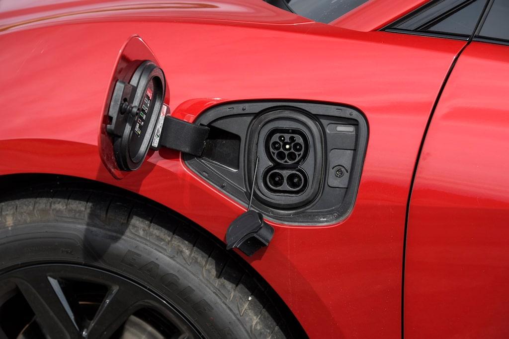Jaguar har sitt Typ2/CCS-ladduttag under täckluckan på vänster framskärm.