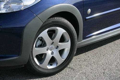 På Outdoor ersätts 207:ans 185/65 R15 däck med stöddigare 205/55 R16.