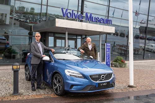 Sista V40:n flankeras här av Stefan Inerfeldt, kommersiell projektledare, till vänster, och Lennart Odhner, produktchef V40.