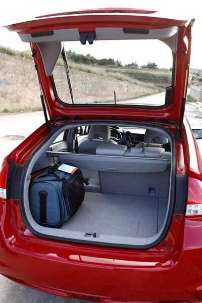 Lastutrymmet är riktigt bra med fäll- och delbart ryggstöd. Reservhjul under lastgolvet och batteripack underst.