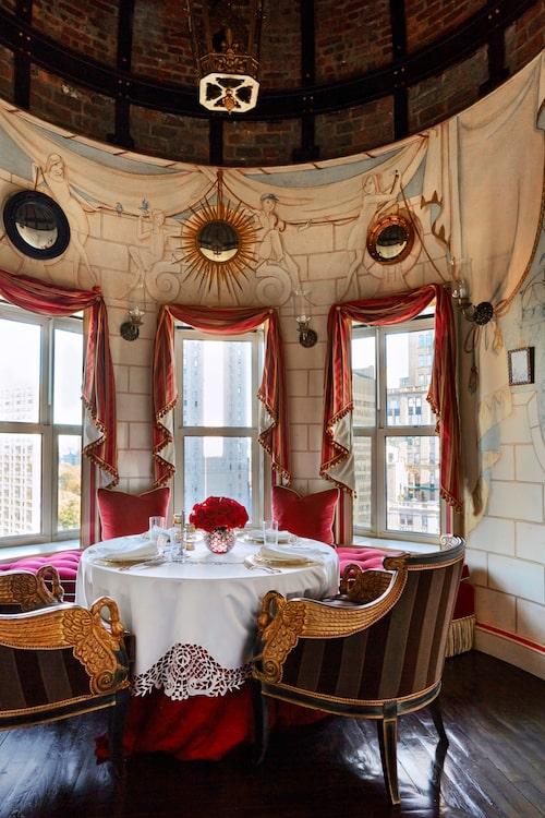 Tornrummets intima matplats är inredd i fransk renässansstil. Väggmålningarna, av Hilary Knight, är en hyllning till Plazas uppdiktade gäst, barnboksfiguren Eloise. Barnen föreställer parets egna.