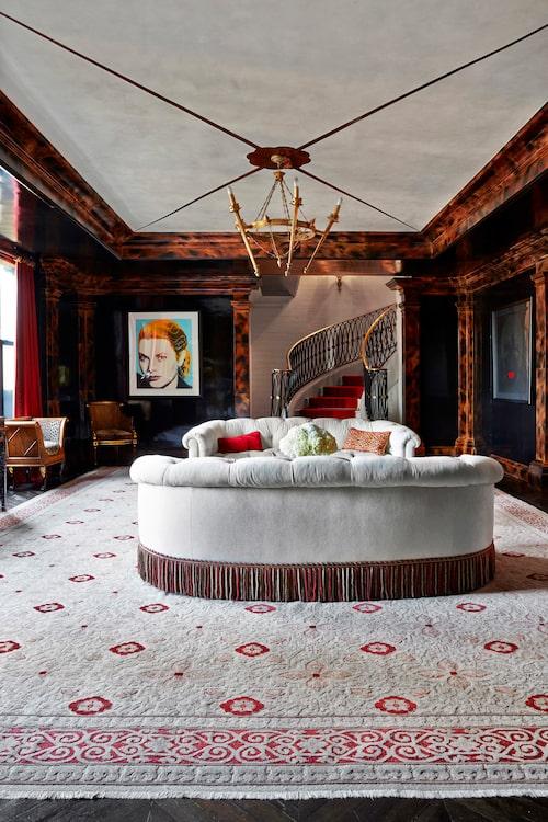 I det här vardagsrummet är stilen tidlöst klassisk med några få antikviteter och Andy Warhols Grace Kellysom effektiv färgklick.