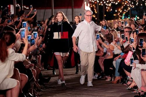 Tommy med fotomodellen och tv-profilen Gigi Hadid på visningen av höstens och vinterns kollektioner.
