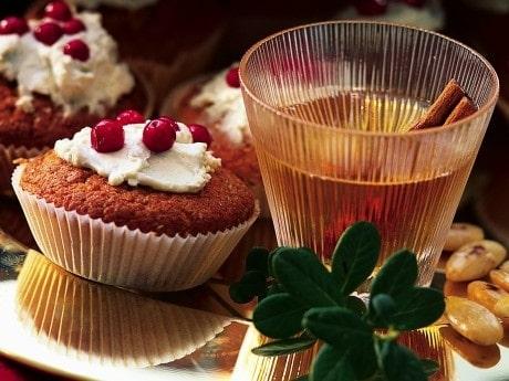 Pepparkaksmuffins blir riktigt syrliga och goda med lingon i sig.