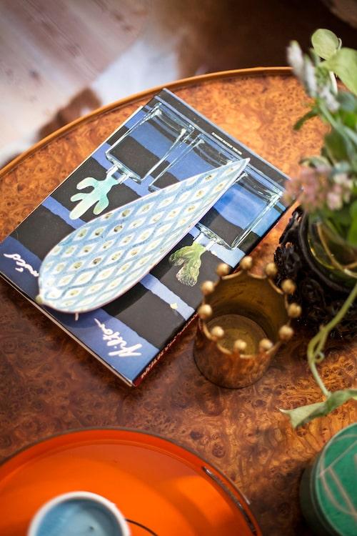 Lövformat fajansfat av Stig Lindberg ingår i ett av hemmets många små stilleben.