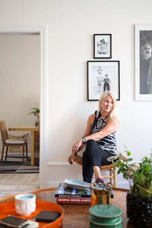 Ovan t v: Monica gillar pallar – den här med flätad lädersits har hon burit med hem från Paris,