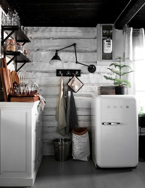 Köket är kompakt! Här ryms bara det mest nödvändiga. Men Smegkylen pryder sin plats.