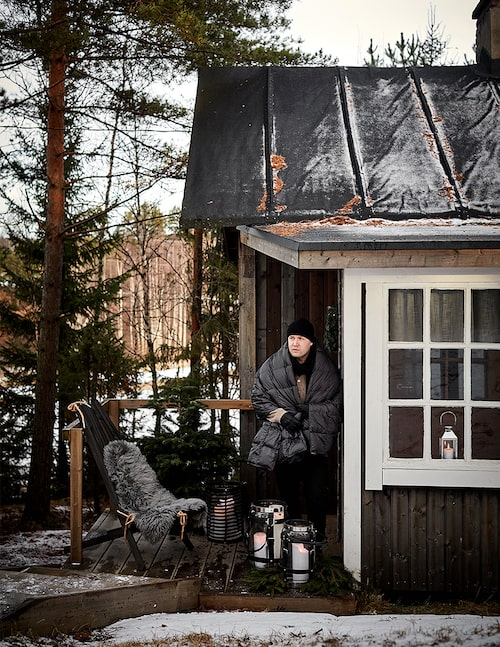 Mys i vintertid. Kimmo tänder lyktorna på den lilla terrassen och njuter av friden och lugnet här, en kontrast mot livet i Helsingfors.