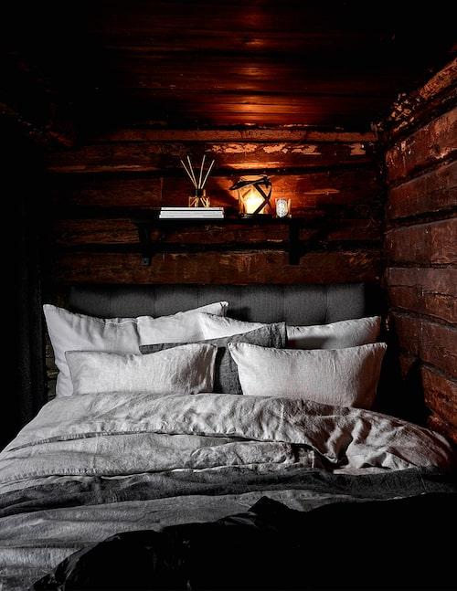 En riktigt skön säng à la hotell är viktigt för en lyxig känsla. Krispiga lakan, många kuddar, allt i toner som sjunger samstämmigt i vitt, sand och grått.