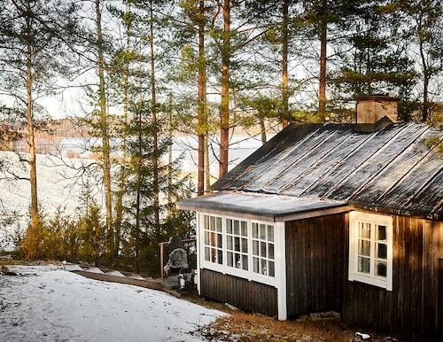 I mer än etthundra år har den lilla trästugan stått vid kanten av sjön utanför byn Sastamala omgiven av åkrar och skogsmark.
