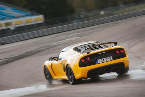 Exige Sport 350 är balanserad även på ett regnvått Mantorp.