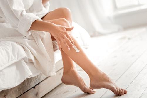 Vatten torkar ut huden, därför är det extra viktigt att smörja in den efter varje dusch.