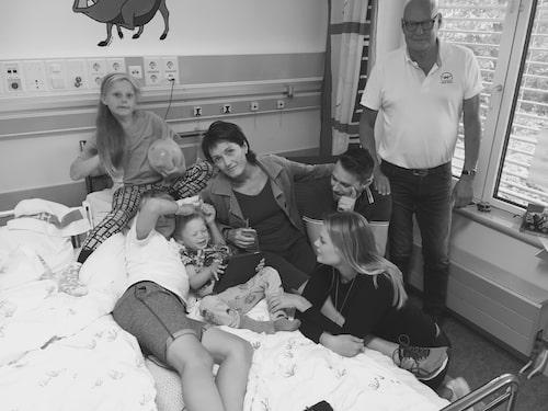 Med familjen på sjukhuset.