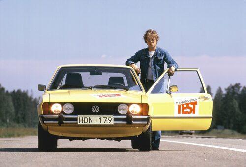 Handskarna på. Vår Björn Sundfeldt och Volkswagen Scirocco plockar mygg 1974.