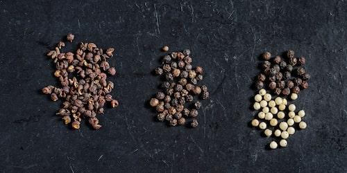 Timutpeppar, kampotpeppar, svartpeppar och vitpeppar.