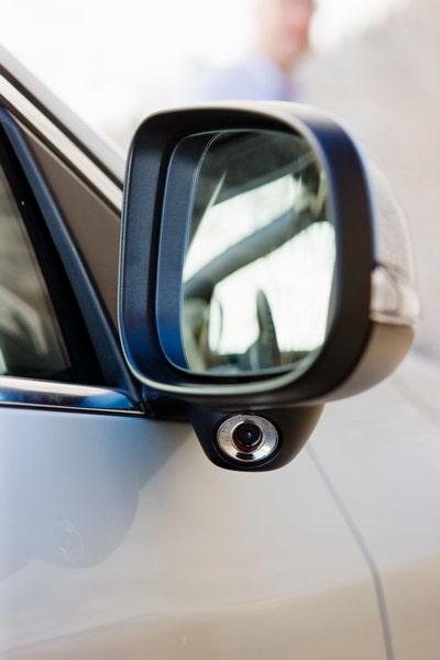 Döda vinkelvakarögat BLIS hänger under backspegel. Säkerhetsfunktionen kostar 5 800 kronor.
