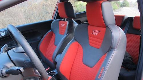 Röda bromsok är sportigt. Första gången en Fiesta har bromsok bak. Sköna Recarostolar.