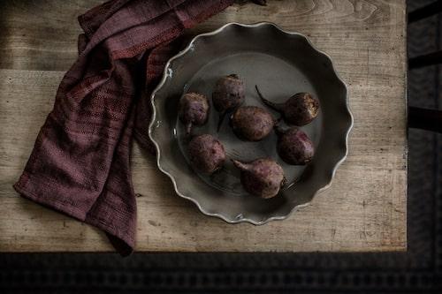 Bordet är vintage, skålen har Mari fått i gåva och kökshandduken kommer från Noyroad.