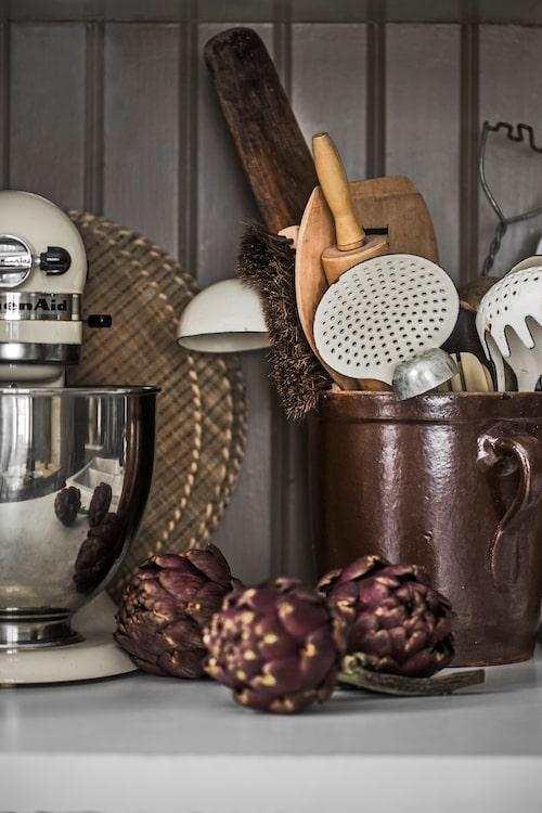 På kylen och frysen förvaras det som används dagligen. På hyllorna ovanför står saker som används då och då.