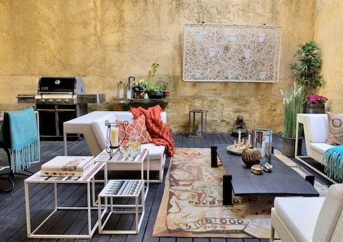 Uteplatsen på innergården tillhör bara Lena, är på hela 40 kvadratmeter och inredd som en lyxig riad (innergård, trädgård). Muren skyddar från insyn och skapar rumskänsla. Soffor och spaljé från Dedon, matta av Vivienne Westwood för The rug company, mönstrade småbord från B & B Italia, soffbord i keramik och järn från Élitis.