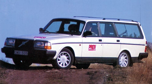 Denna Volvo 245 Classic från 1992 provkördes i nr 12/1992. Sista provkörningen av en Volvo 200-serie. Just denna bil var extrautrustad för över 40 000 kronor. Numera står den på en skrot i Eskilstuna.