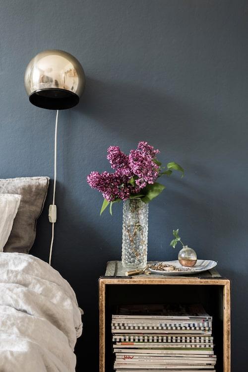 Mattias och Johannas sovrum. Sängborden är gamla lådor som använts i textilindustrin. Blåvitt fat med smycken från keramikern Frida Mälarborn Hoshino.