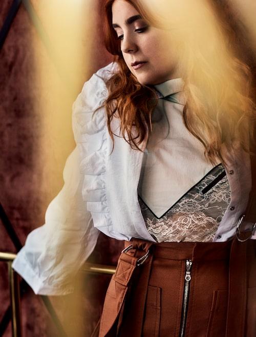 Miss Li i en vit volangblus från H&M, spetsblus från Whyred och kjol med hängslen från Rodebjer.