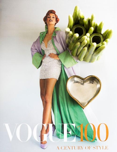 Coffeetable-boken Vogue 100: A century of style, av Robin Muir, kom ut till brittiska Vogues 100-årsjubileum 2016. Tennhjärta av Estrid Ericson, Svenskt tenn.