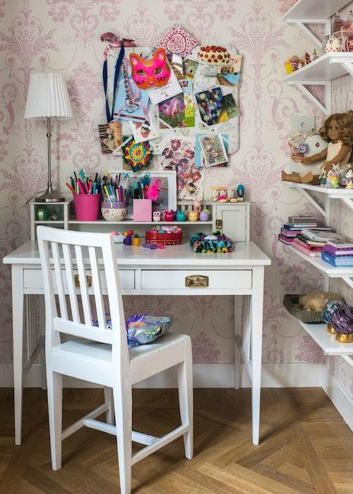 """Tapeten är från Laura Ashley, anslagstavlan från Made by Märtha och smådjuren i hyllan (""""barnen älskar dem!"""") från Sylvanian families. Skrivbordet och stolen är ärvda."""