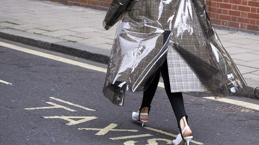 Investera i en regnjacka eller regnkappa som håller dig torr och snygg i rusket!