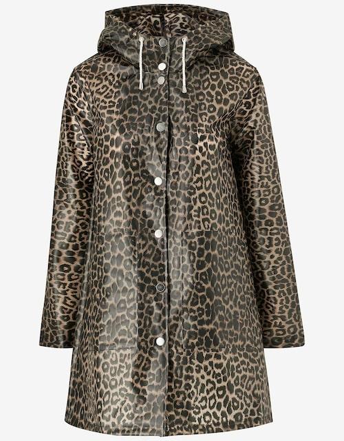 Regnjacka i leopardmönster från Ellos. Klicka på bilden och kom direkt till produkten.